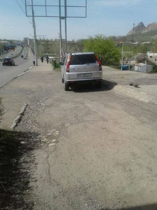 Парковка на тротуаре на ул.Абдукадырова в городе Ош