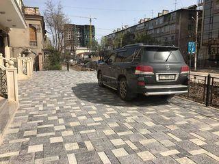 Парковка на тротуаре на Тыныстанова-Манасчы Сагымбая
