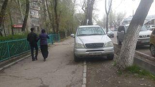 Парковка на тротуаре на ул.Суюмбаева