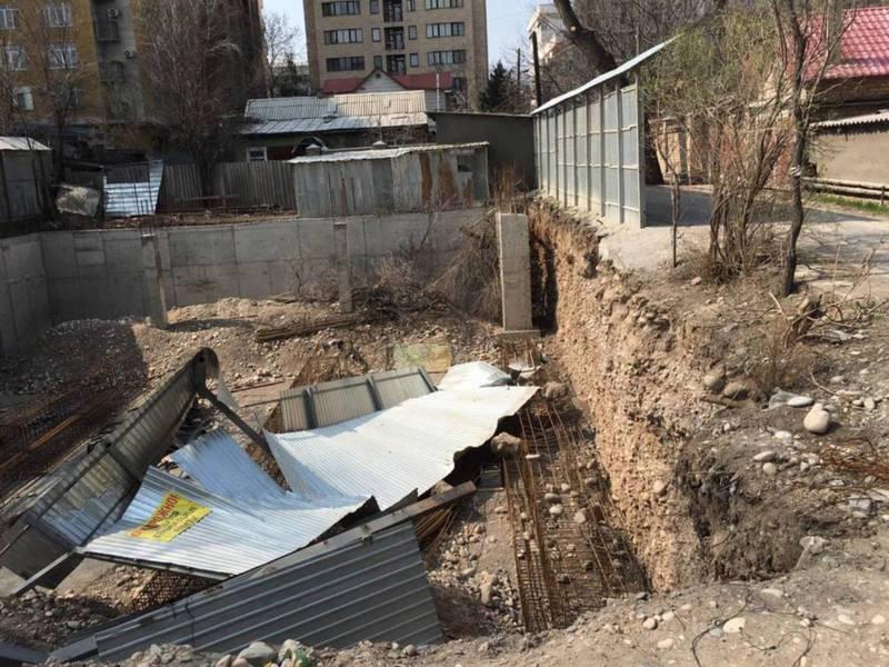 «Дети могут провалиться в котлован». Огражденный забор строительства на Сагынбая-Коенкозова разрушился из-за ветра