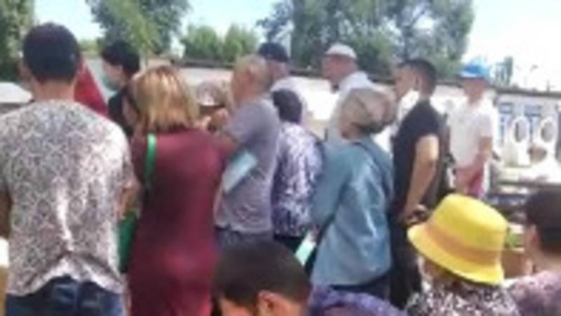 В ЦОН города Шопоков огромные очереди. Видео