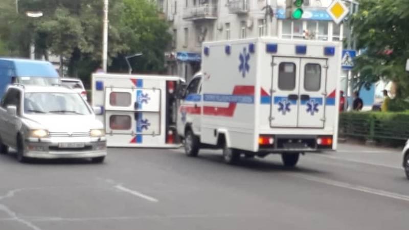 В центре Бишкека перевернулась машина Скорой помощи. Фото
