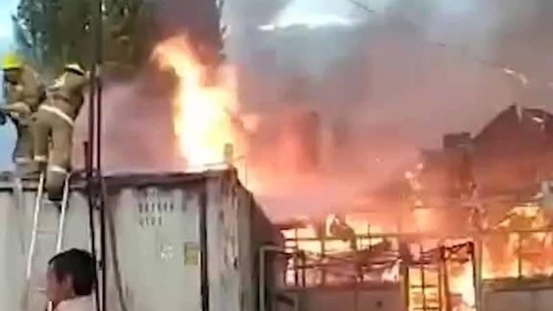 В селе Кызыл-Суу произошел пожар на местном рынке. Видео
