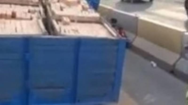 На ул.Льва Толстого из прицепа грузовика рассыпались кирпичи, - очевидец. Видео