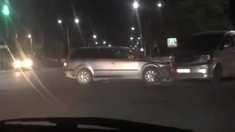 На Ахунбаева-Алыкулова произошло ДТП. Видео с места аварии