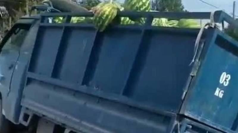 Портер, груженный арбузами, врезался в «Тойоту». Видео с места аварии