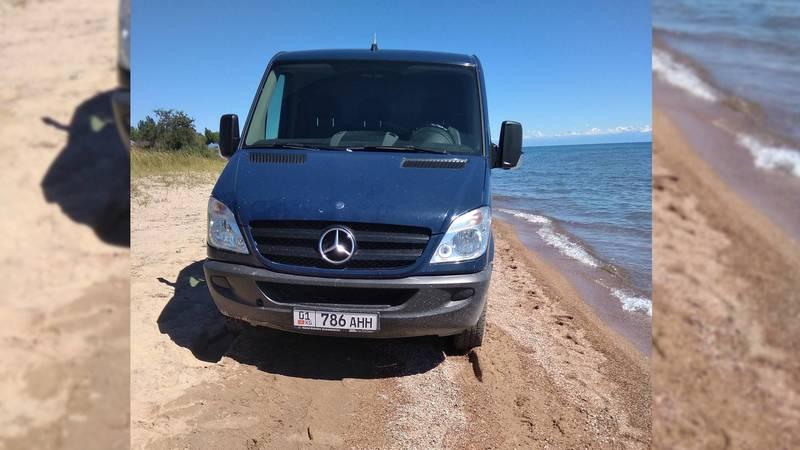 Водитель микроавтобуса «Мерседес» заехал на берег Иссык-Куля