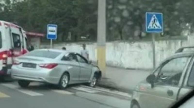 На ул.Валиханова «Хендай» врезался в бетонный столб. Видео