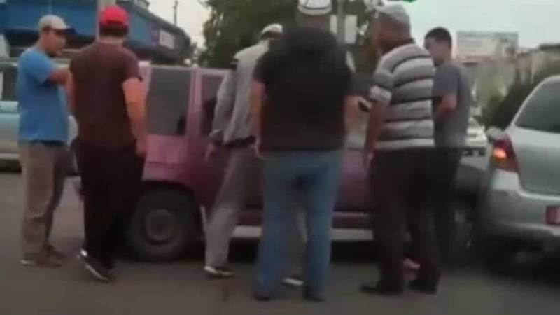 В Оше на проспекте Масалиева столкнулись две машины. Видео с места аварии