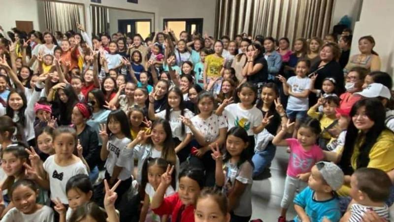 Певица Айдана Дека в своей танцевальной студии собрала много детей. Разрешено ли это во время коронавируса? - бишкекчанка