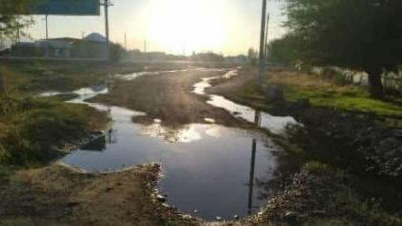 В Кемине прорвало трубу и вода течет по дороге, - местный житель
