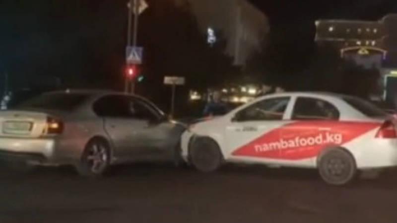 На Киевской столкнулись «Субару» и машина Namba Food. Видео с места аварии