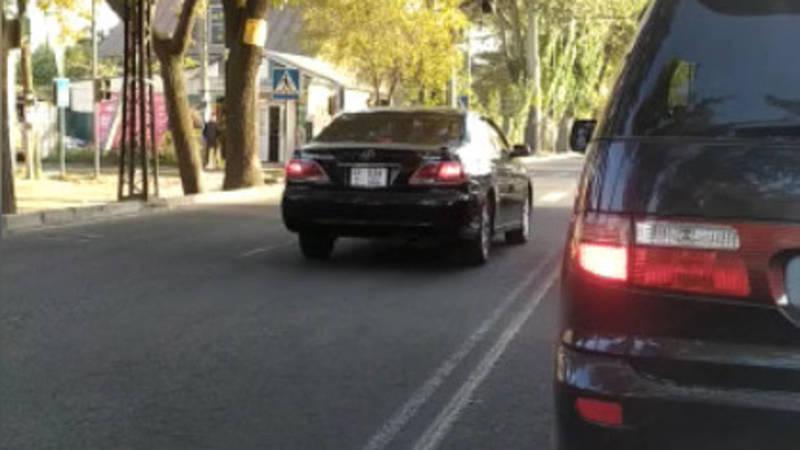 По Советской две машины едут по встречке. Видео