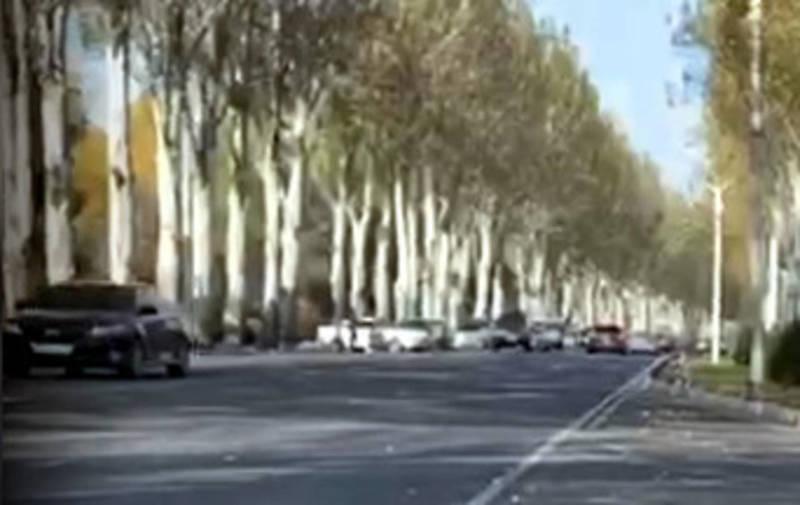 На правительственной трассе выстроились машины, стоит молодежь, - очевидец
