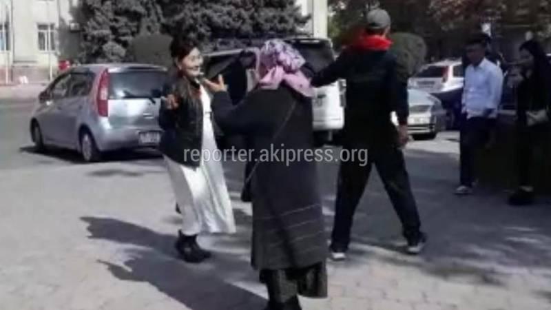 Собравшиеся у Дома правительства устроили танцы. Видео