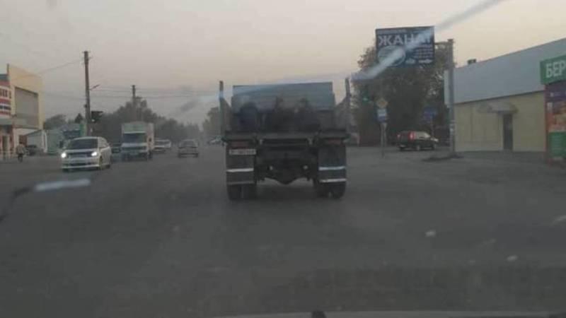 В Токмоке грузовик с открытым бортом везет людей, - очевидец