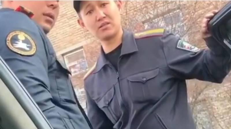 Милиционер материт женщину. Видео