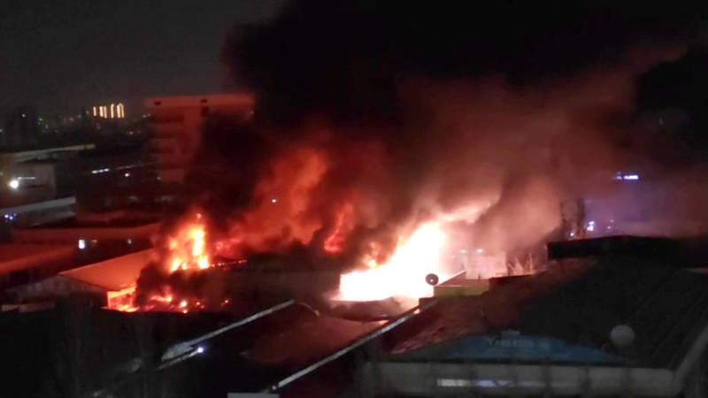 Крупный пожар на Орто-Сайском базаре в Бишкеке. Видео
