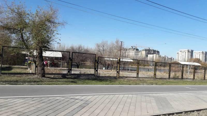 Горожанин просит убрать забор вокруг озера в парке «Адинай»