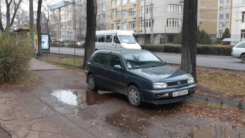 «Гольф 3» припаркован на тротуаре по Московской. Фото
