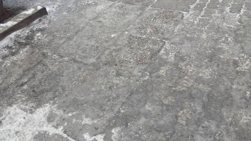 В Джале водосточная труба выходит на тротуар, это создает гололед, - горожанин