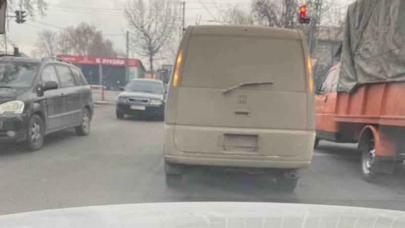 В Бишкеке замечен «Степвагон», у которого из-за грязи не видно госномера, - горожанин