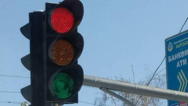 Неисправный светофор создает аварийную ситуацию на дороге в Таласе, - местный житель