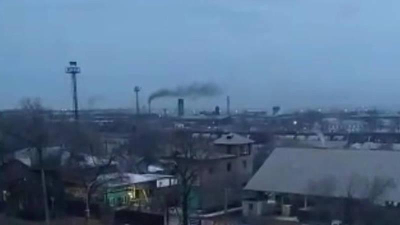 Из трубы одного из цехов на заводе имени Ленин идет черный дым, - горожанин