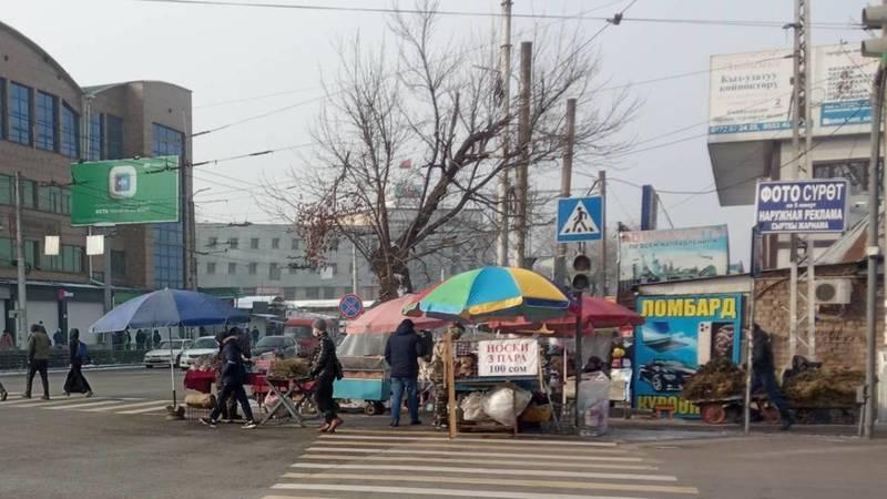Стихийные торговцы возле Ошского рынка стоят на проезжей части, - горожанин