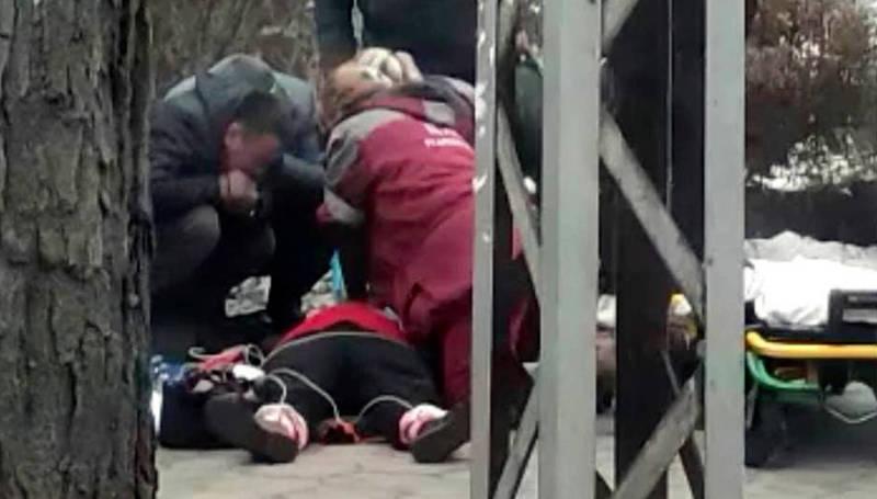 Медики пытаются реанимировать женщину на улице, однако она умерла. Видео