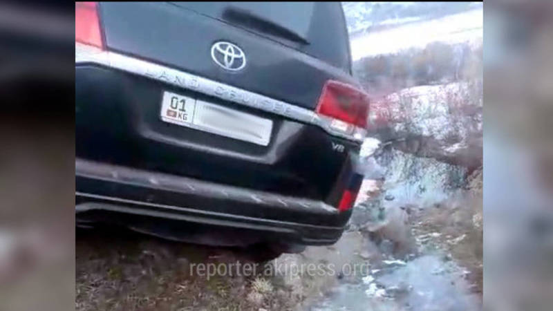 Из-за гололеда «Тойота Лэнд Крузер» сползла в кювет и застряла на краю обрыва