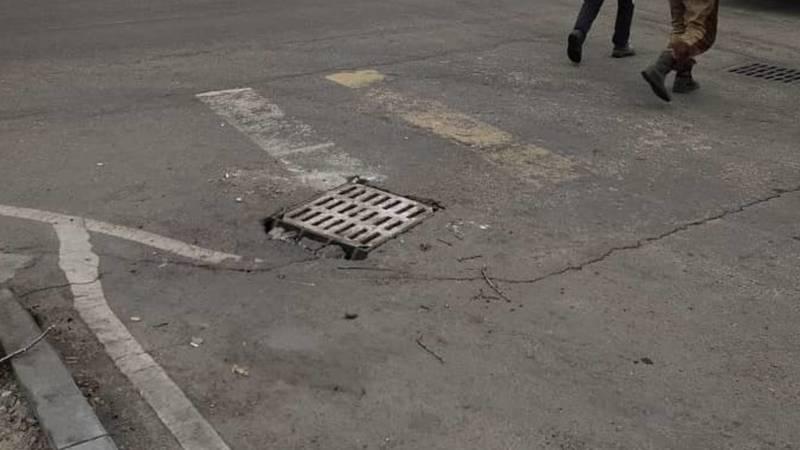 «Бишкекасфальтсервис» установил решетку ливнеприемника на Торокула Айтматова