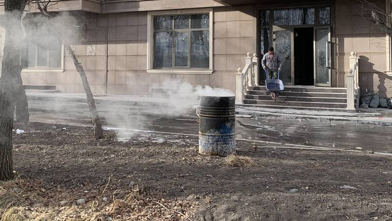 Из строящегося дома на Айтматова вывозят мусор и сжигают в бочке, - горожанин