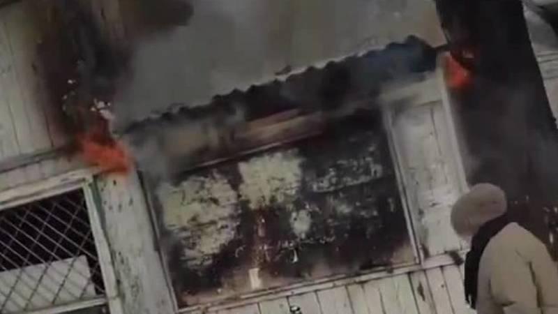 В Пишпеке загорелся заброшенный киоск. Видео