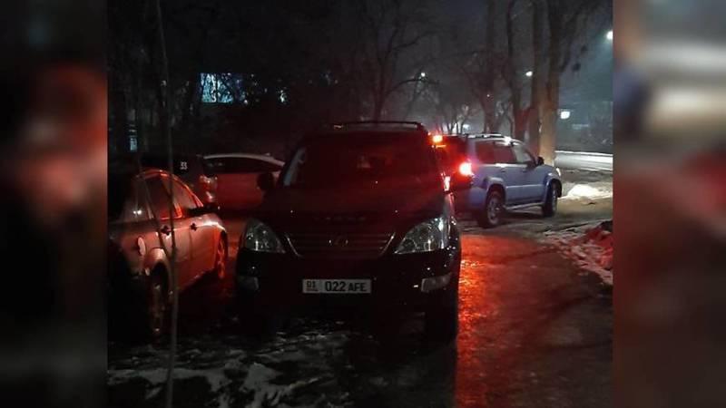 Водитель припарковал свой Lexus на тротуаре на Ахунбаева