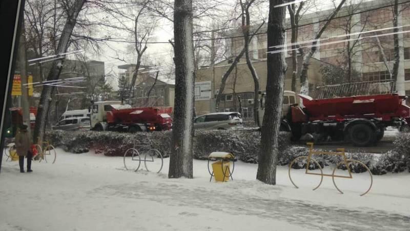 На Московской спецтехника убирает снег, - горожанин