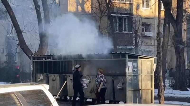 В 6 мкр горит мусорка, горожане тушат своими силами. Видео