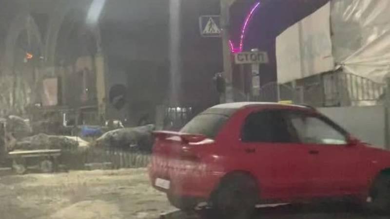 Торговцы с Ошского базара устроили склад на перекрестке Киевская-Кулиева. Мэрию и милицию просят освободить дорогу