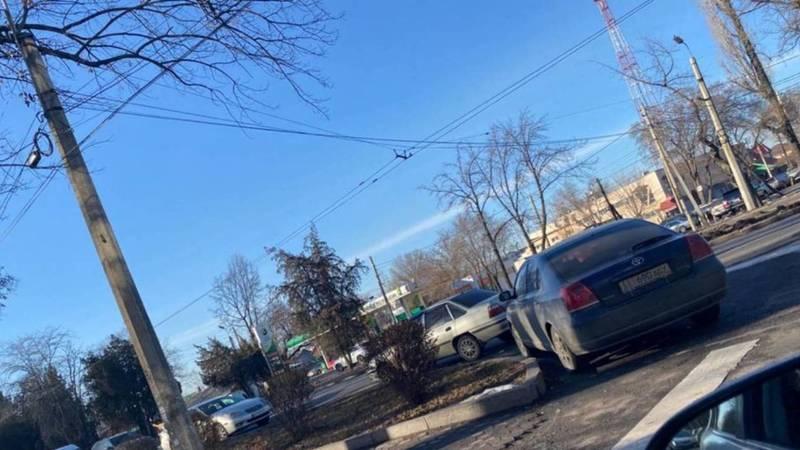Возле ГКНБ машины припаркованы под знаком «Остановка запрещена». Фото