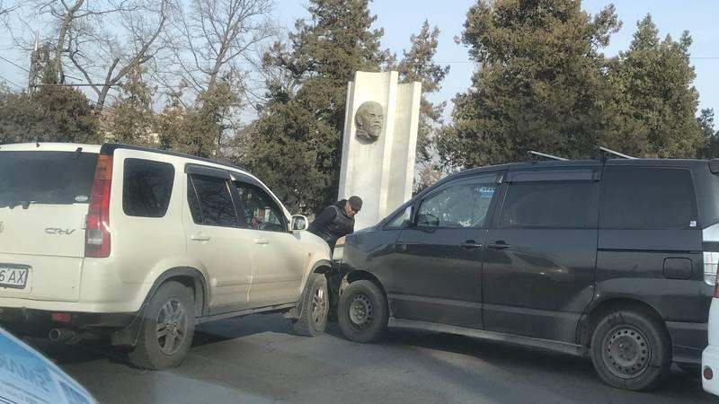 На Жибек-Жолу столкнулись две машины. Фото очевидца