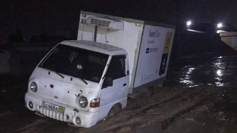 В Ак-Ордо-2 «Портер» на полколеса провалился в грязь на дороге. Фото