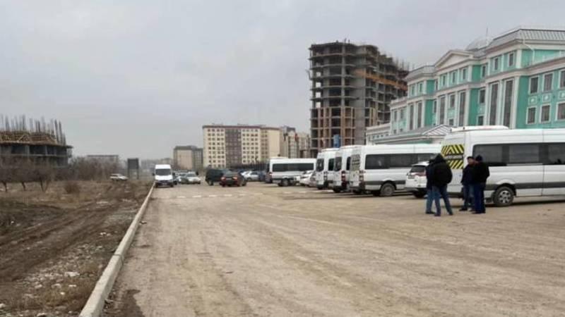Грузовые машины портят муниципальную дорогу возле школы «Газпрома». Фото горожанина