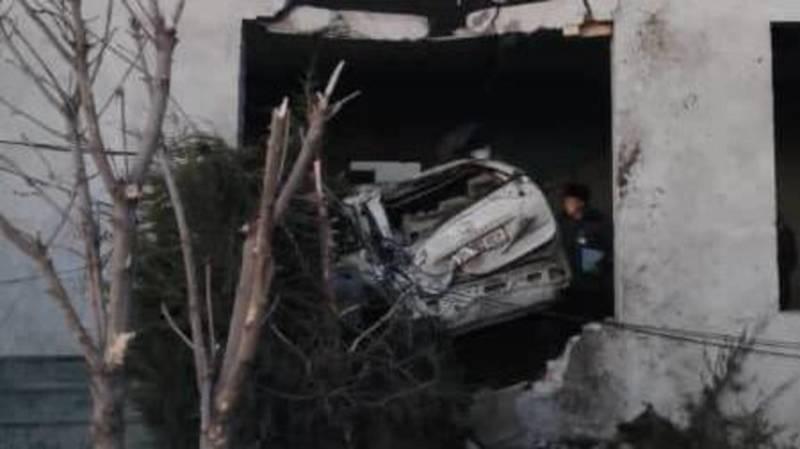 В Узгене «Тойота» снесла бетонный столб и залетела в строящееся здание. Видео и фото