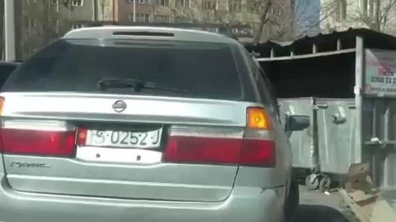 Lexus LX 570 и «Тойота Ленд Крузер 200» припарковались, перекрыв проход к мусоркам. Фото