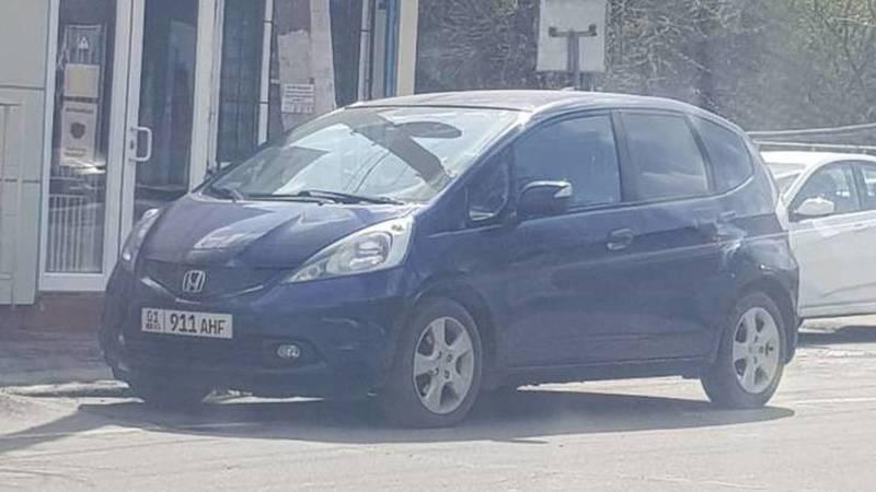 В Оше «Хонда» припаркована на проезжей части против шерсти. Фото