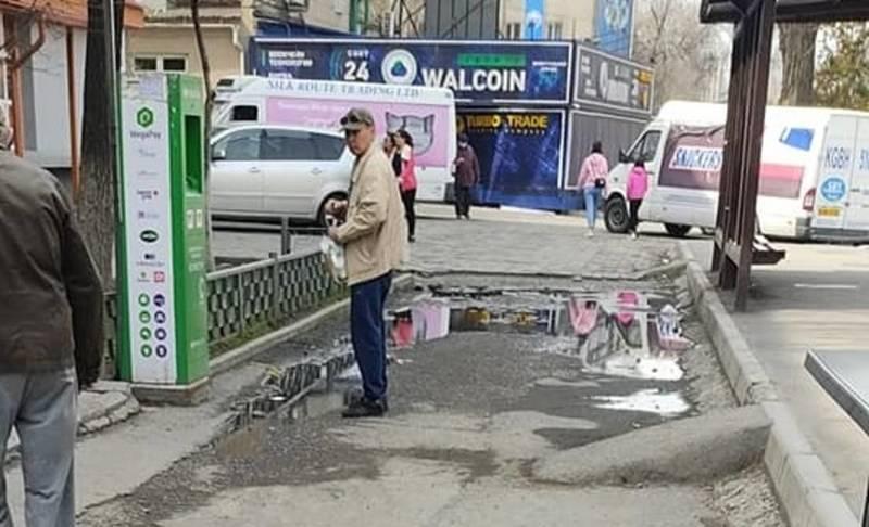 На Московской образовалась лужа возле остановки. Фото