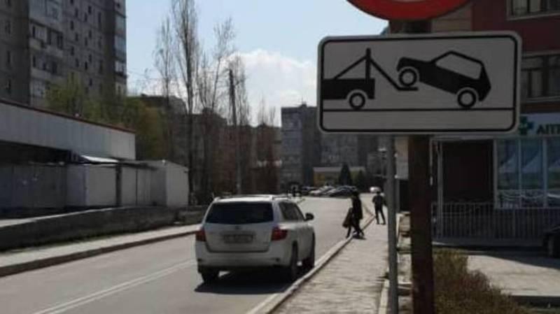 «Хайландер» припарковался на проезжей части в Джале. Фото