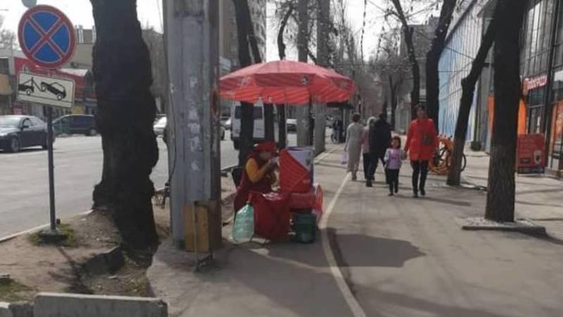 Продавцы шоро стоят на велодорожке. Фото