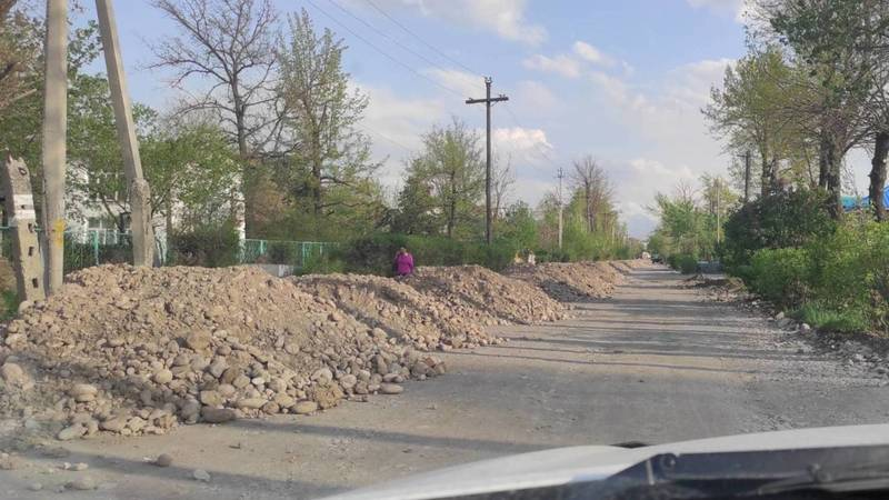 Почему при реконструкции дороги на ул.Левоневского используют большие камни? Фото горожанина
