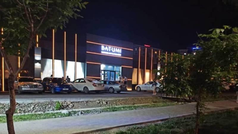 Парковка кафе BATUMI в Джале проходит через велодорожку. Фото горожанки